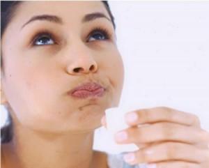 Фото: Девушка лечит дисбактериоз рта
